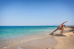 Erwachsener Mann auf dem übenden Yoga des Strandes in Griechenland lizenzfreies stockfoto