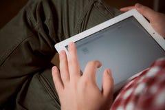 Erwachsener Mann auf Tabletten-PC lizenzfreie stockfotografie