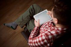 Erwachsener Mann auf Tabletten-PC stockbilder