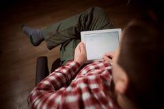 Erwachsener Mann auf Tabletten-PC lizenzfreies stockbild