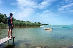 Erwachsener Mann betrachtet Balaton See im Sommer Lizenzfreie Stockfotos