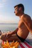 Erwachsener Mann bewundert das Wasser im Schlagen der Sonne Stockbilder