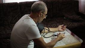 Erwachsener Mann, Blutdruckmessungen Gesundheitswesen im Erwachsensein stock video