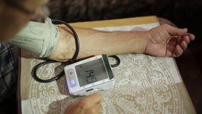 Erwachsener Mann, Blutdruckmessungen Gesundheitswesen im Erwachsensein stock footage
