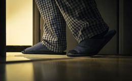 Erwachsener Mann in den pijamas geht zu einem Badezimmer nachts Männer ` s Gesundheitskonzept stockbilder