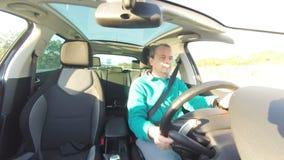 Erwachsener Mann, der Auto fährt stock video