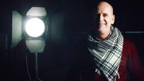 Erwachsener Mann, der das Licht schaltet lizenzfreies stockbild