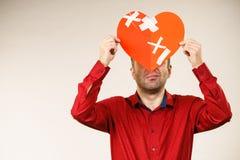 Erwachsener Mann, der defektes Herz hält lizenzfreie stockbilder