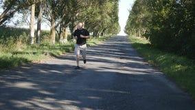 Erwachsener Mann, der draußen in einen Waldweg läuft Alter Mann, der draußen in einer Natur rüttelt stock footage