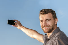 Erwachsener Mann, der draußen selfie nimmt stockfotografie