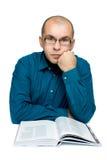 Erwachsener Mann, der ein Buch liest Stockfotos