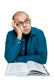 Erwachsener Mann, der ein Buch liest Lizenzfreies Stockfoto