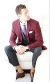Erwachsener Mann, der einen Burgunder drei Stück-Anzug trägt Lizenzfreies Stockbild
