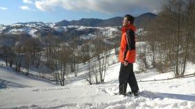 Erwachsener Mann, der einen schönen Tag an den Bergen in der Winterzeit genießt stock video footage