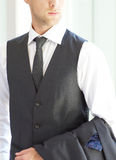 Erwachsener Mann, der Grey Suit trägt stockbild