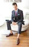 Erwachsener Mann, der Grey Three Piece Suit trägt Lizenzfreies Stockbild