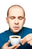 Erwachsener Mann, der mit einem Tasse Kaffee sich entspannt Lizenzfreie Stockbilder