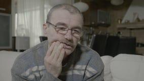 Erwachsener Mann, der plötzlich eine Zahnschmerzen berührt die angesteckten Zähne drücken die Backe hat - stock video