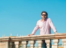 Erwachsener Mann der Taille-oben in der Sonnenbrille, die im Freien steht oder aufwirft lizenzfreie stockfotografie
