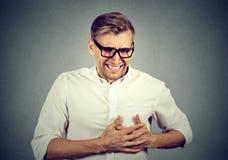 Erwachsener Mann, der unter schwerem scharfem Kummer, Schmerz in der Brust leidet lizenzfreie stockbilder