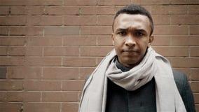 Erwachsener Mann des h?bschen Afroamerikaners sagt seinen Kopf nicht r?tteln Backsteinmauer auf Hintergrund stock video footage