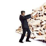 Erwachsener Mann drückt ein Bündel Zigarettenkippen Stockfoto