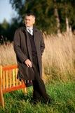 Erwachsener Mann draußen lizenzfreie stockbilder