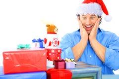Erwachsener Mann entsetzt mit so vielen Geschenk lizenzfreie stockfotos