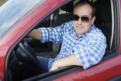Erwachsener Mann fährt sein Auto lizenzfreie stockbilder