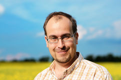 Erwachsener Mann am Feld Lizenzfreie Stockfotos