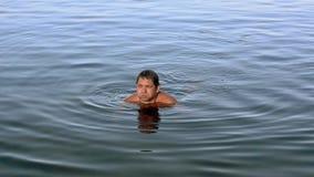 Erwachsener Mann gehen auf Unterseite von See durch Hände im sonnigen Tag des Sommers wochenende nave erholung Wellen stock video