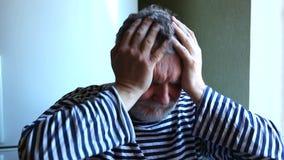 Erwachsener Mann hat Kopfschmerzen oder Verzweiflung stock footage