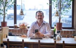 Erwachsener Mann im Café Stockfotos