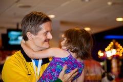 Erwachsener Mann mit Abstieg-Syndrom hält seine große Nichte wie sie AR Lizenzfreie Stockfotografie