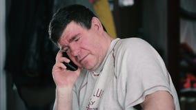 Erwachsener Mann mit Bart spricht am Telefon stock footage