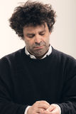 Erwachsener Mann mit dem gelockten Haar stockfotos