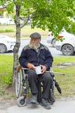 Erwachsener Mann mit einem Bart sammelt Spenden Front View lizenzfreies stockfoto