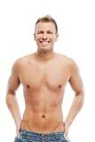 Erwachsener Mann ohne das Hemd, das im Studio aufwirft Lizenzfreies Stockfoto