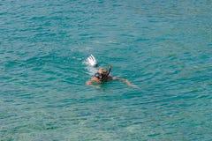 Erwachsener Mann, Pension?r schnorchelt im T?rkiswasser von adriatischem Meer Gesunder ?ltester, der den Sommertag im Freien geni lizenzfreies stockbild