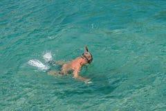 Erwachsener Mann, Pension?r schnorchelt im T?rkiswasser von adriatischem Meer Gesunder ?ltester, der drau?en Sommertag genie?t ak stockfotografie