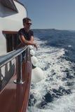 Erwachsener Mann reist durch Kreuzfahrt auf dem adriatischen Meer Lizenzfreies Stockbild