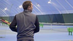 Erwachsener Mann schlug Berufs- die Tennisbälle stock video footage