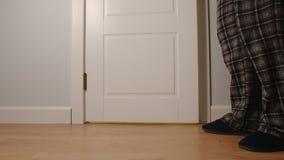 Erwachsener Mann steht nahe einer Toilette zu Hause in der Nacht lizenzfreies stockbild