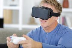 Erwachsener Mann tragende vr Schutzbrillen stockfotografie