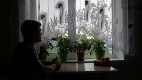 Erwachsener Mann trinkt Tee in der Küche stock footage