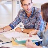 Erwachsener Mann und Frau, die ihren Zeitplan für bevorstehende Arbeit plant Stockbild