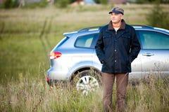 Erwachsener Mann und sein Auto Stockfotografie