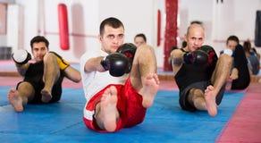 Erwachsener Mann und weibliche übende boxende Durchschläge Stockfotos