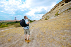 Erwachsener Mann wandert mit seinem Rucksack Stockfotografie
