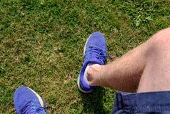 Erwachsener Mannesgesehenes Stillstehen, nachdem einen Marathon laufen gelassen habend Gesehene tragende Laufschuhe stockbilder